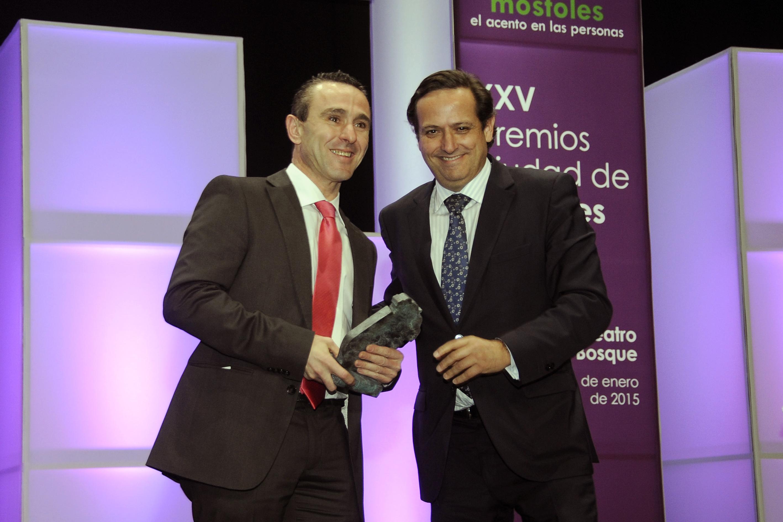 Manuel Sánchez recibiendo el premio